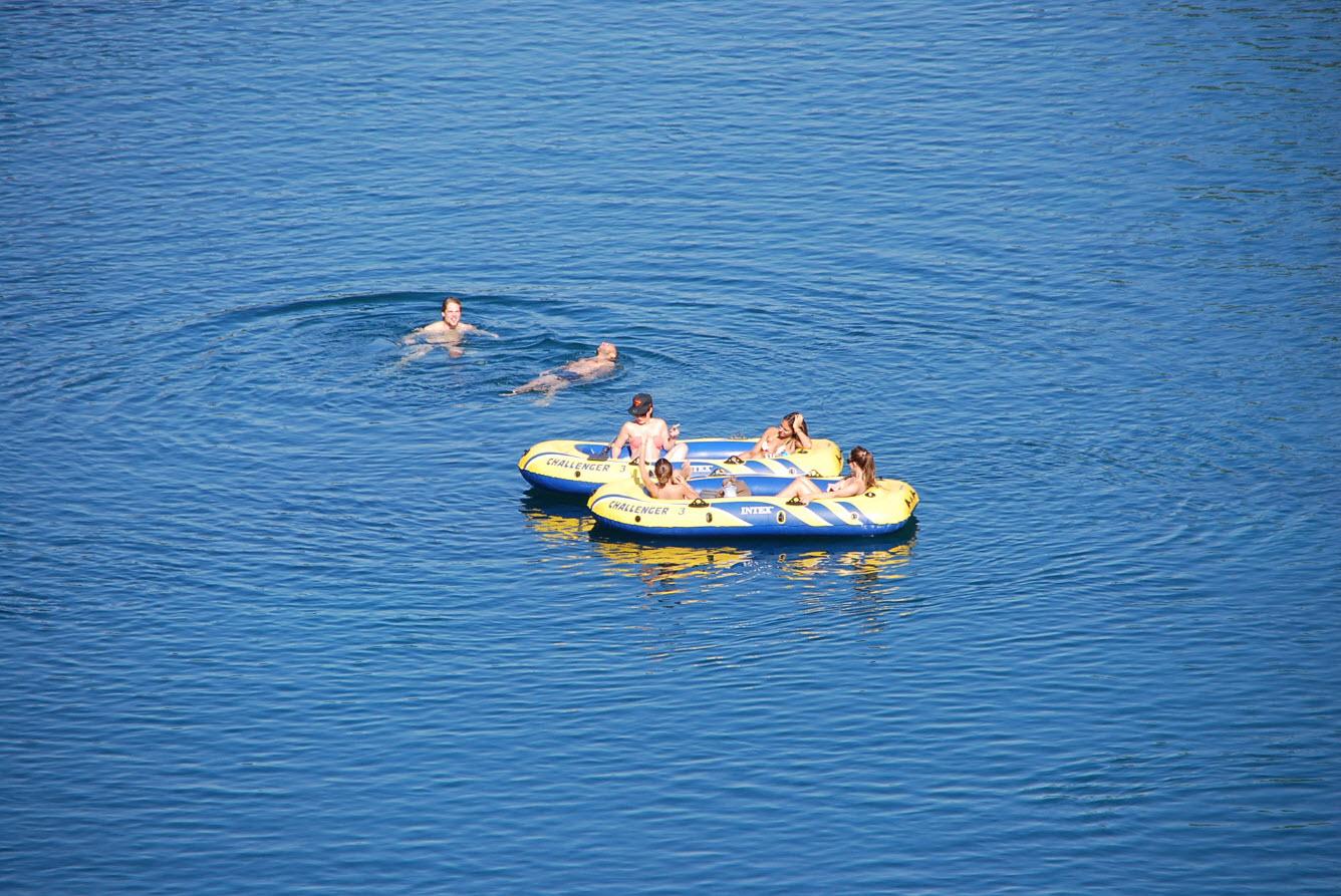 Descendre le Rhone en bateau