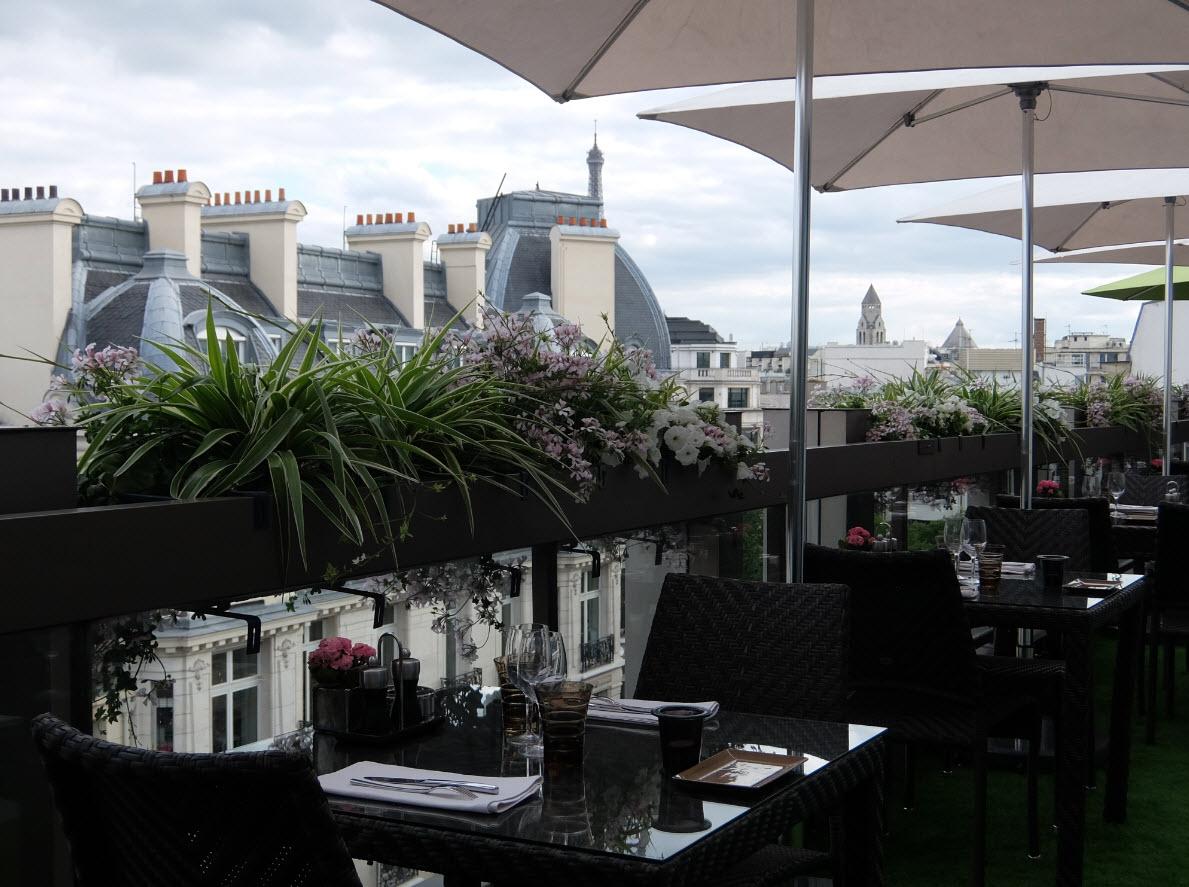 Vue du rooftop de l'hotel Warwick Champs Elysees