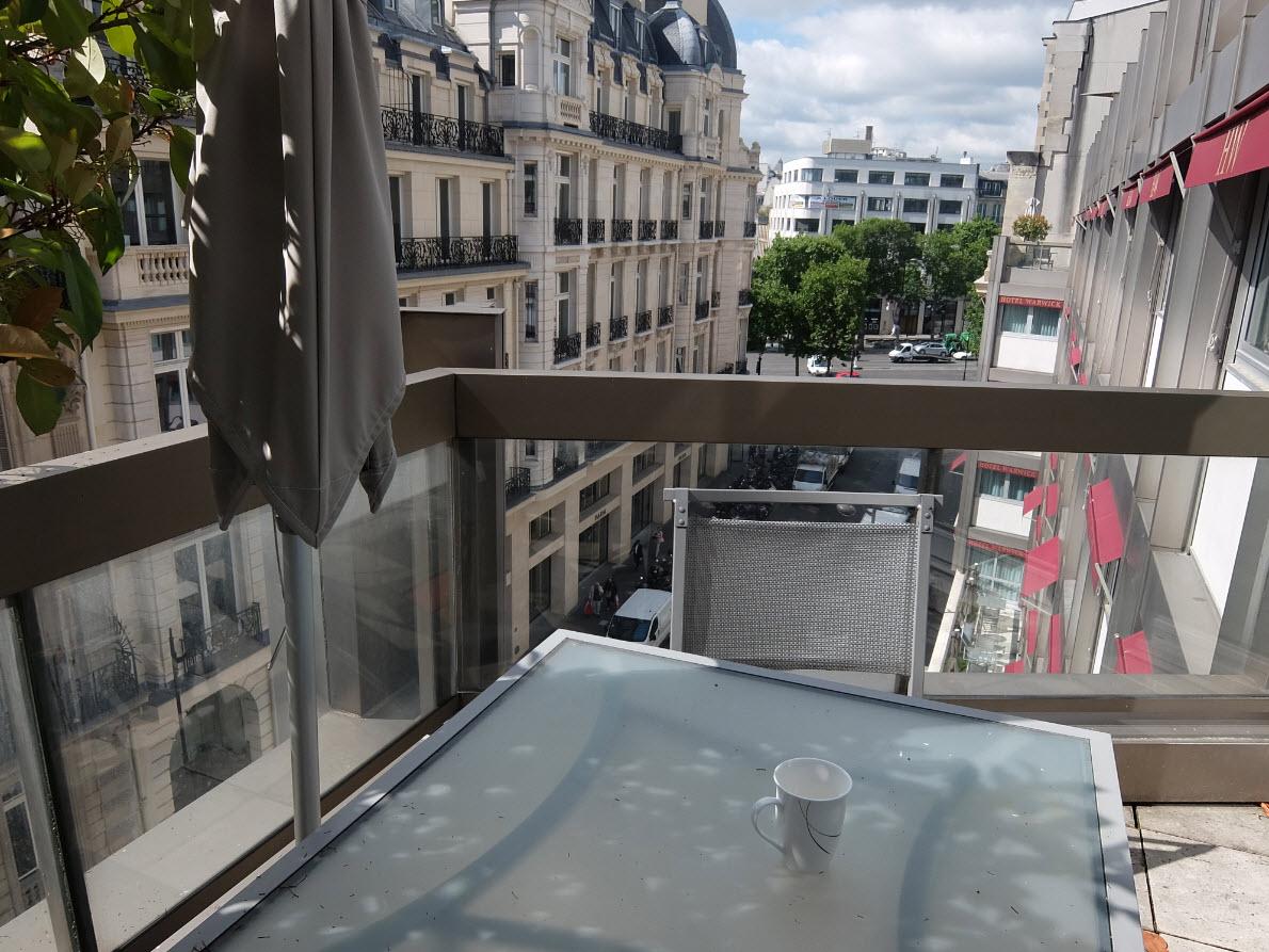 Balcon donnant sur les Champs Elysées