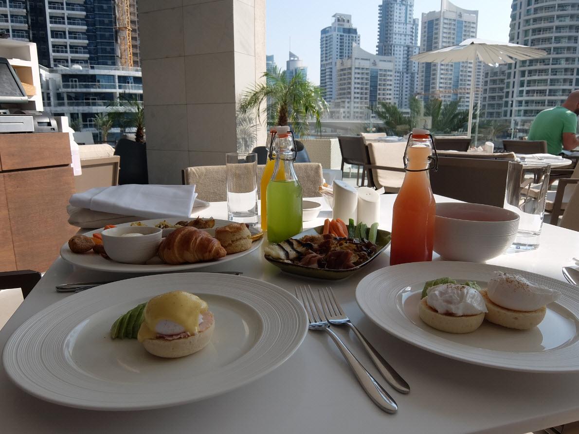 Petit-dejeuner avec vue sur la Marina