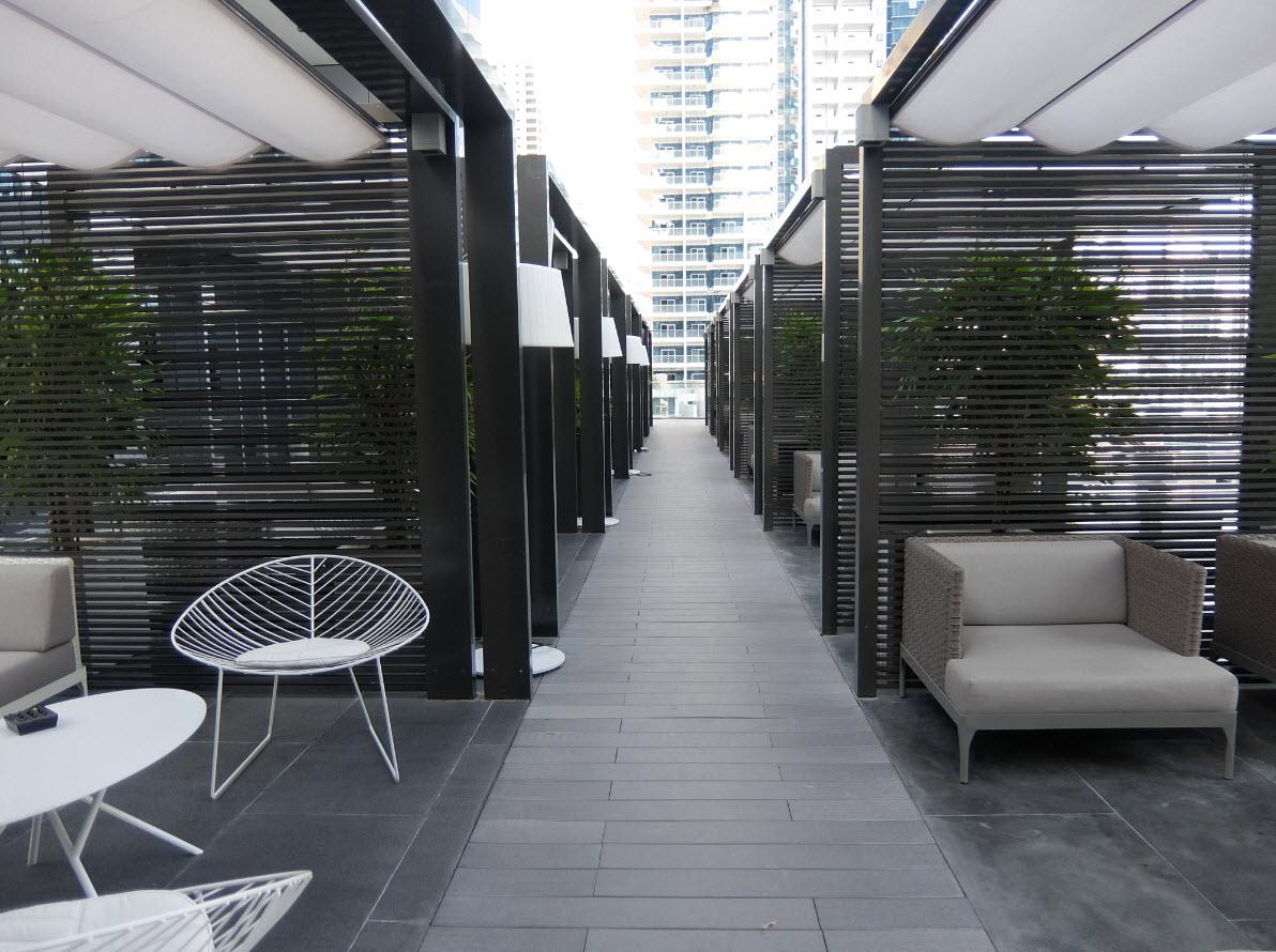 Zone lounge au bord de la piscine