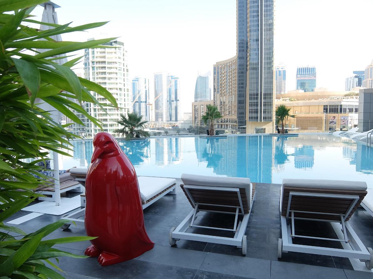 Pingouin rouge design au bord de la piscine