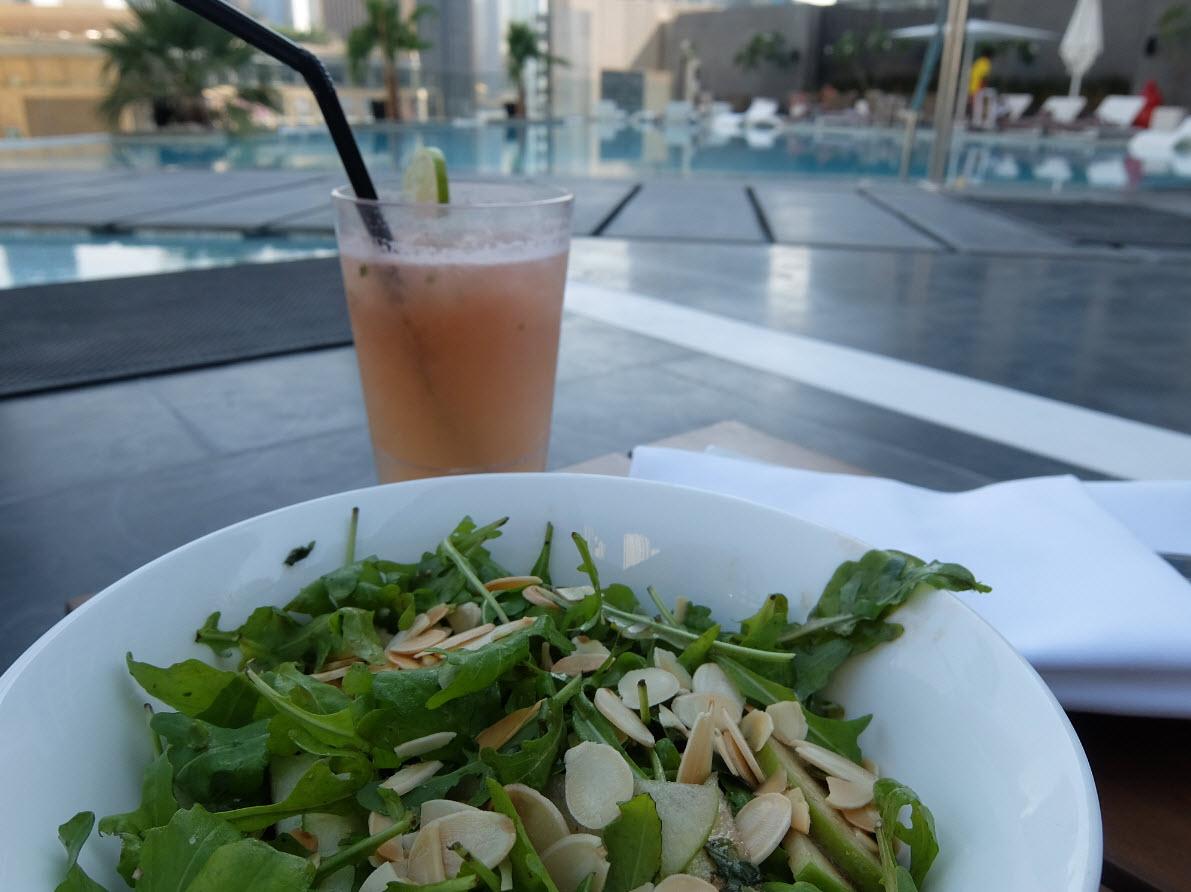 Dejeuner au bord de la piscine