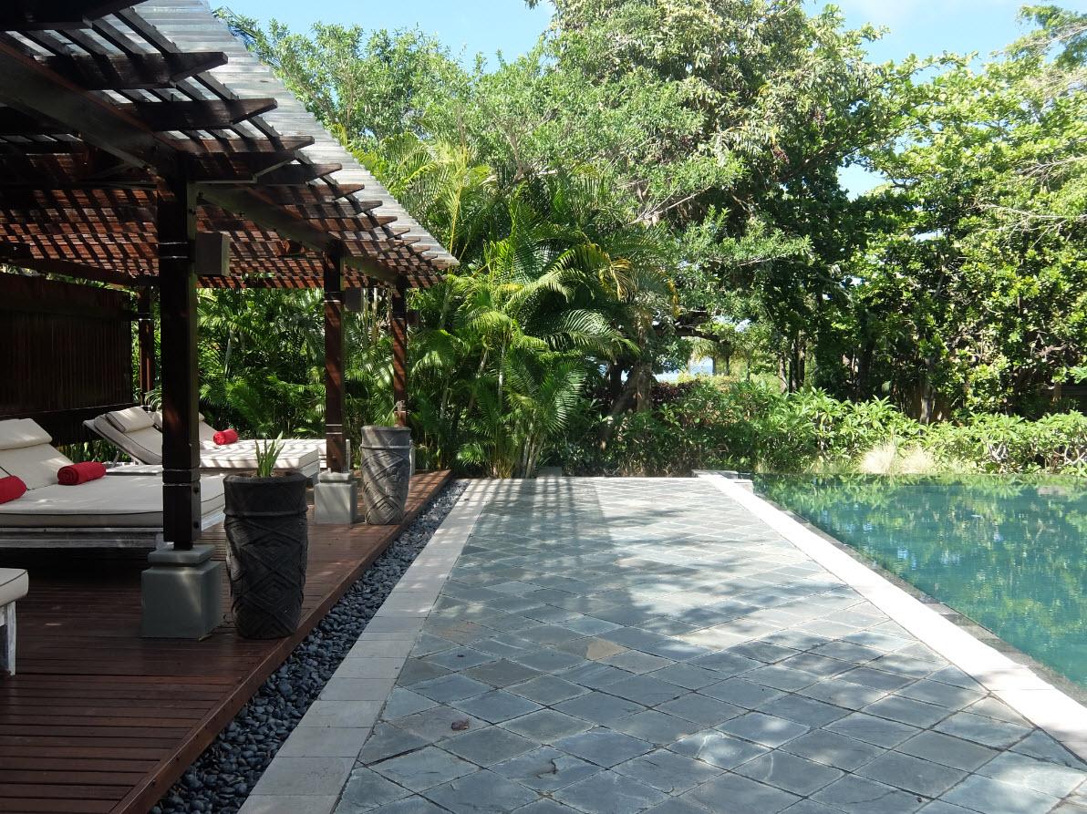 Repos près de la piscine