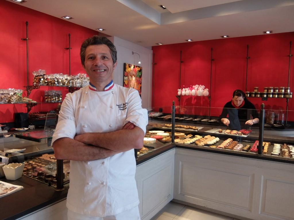 Edouard Hirsinger dans sa boutique a Arbois