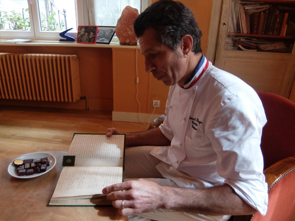 Edouard lisant les recettes