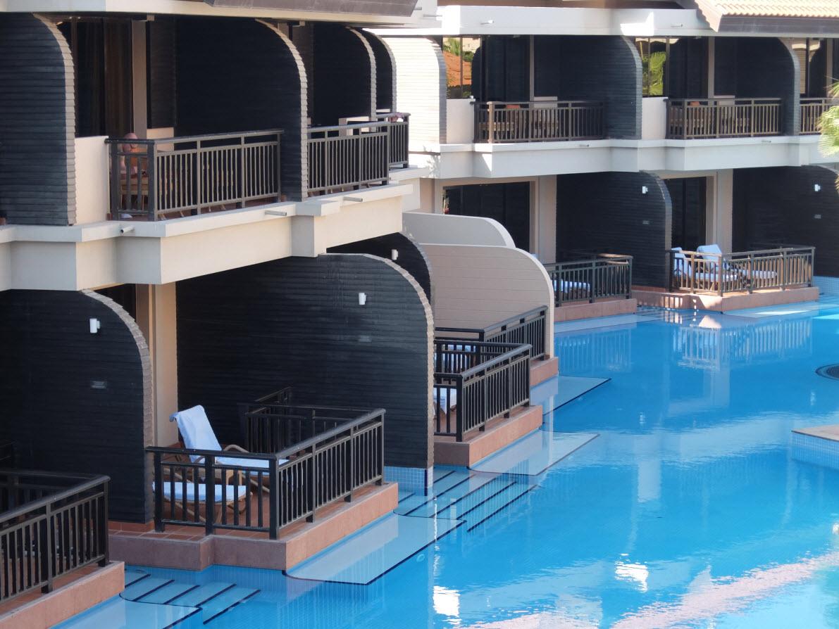Acces direct a la piscine pour ces chambres
