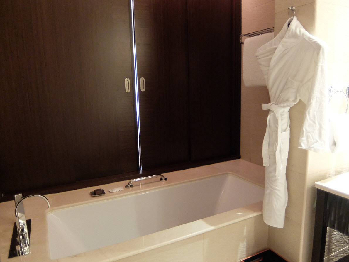La baignoire qui ouvre sur la chambre