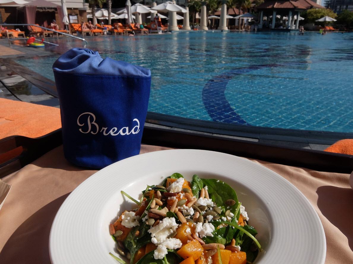 Salade au bord de la piscine