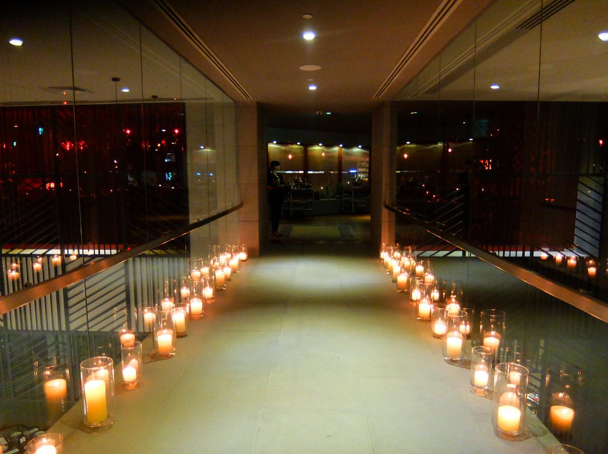 Pont en verre menant au restaurant