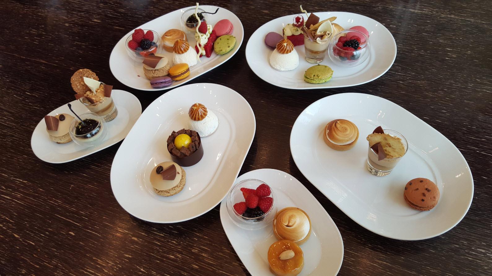 Assiettes avec les desserts du brunch a Geneve