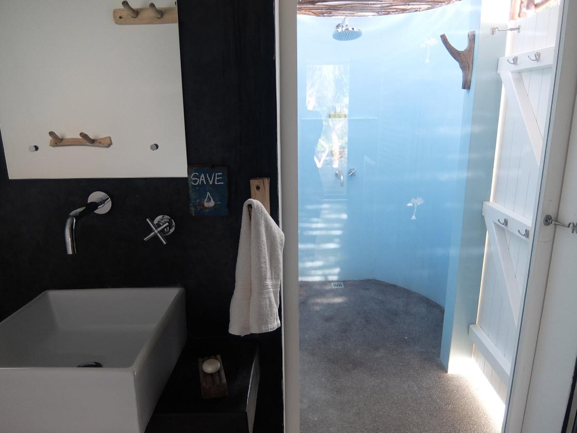 Salle de bains avec douche externe