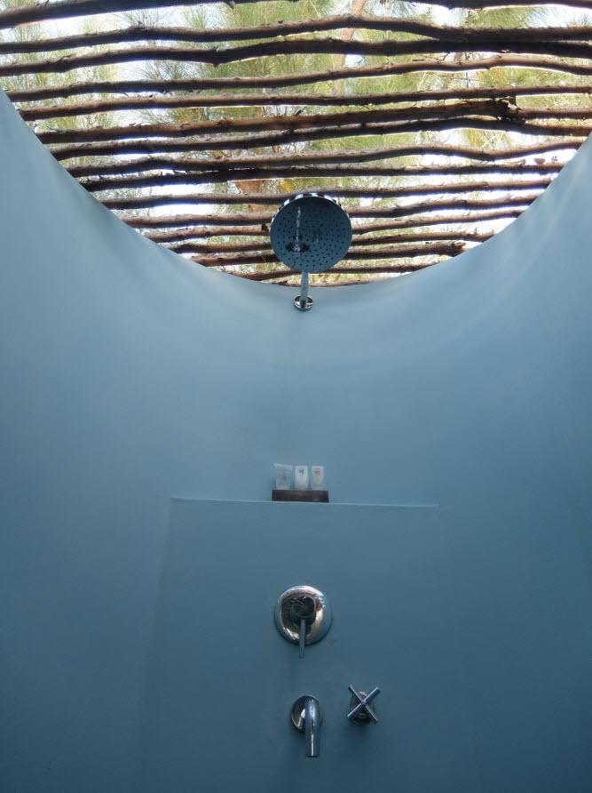 Douche exterieure de la chambre