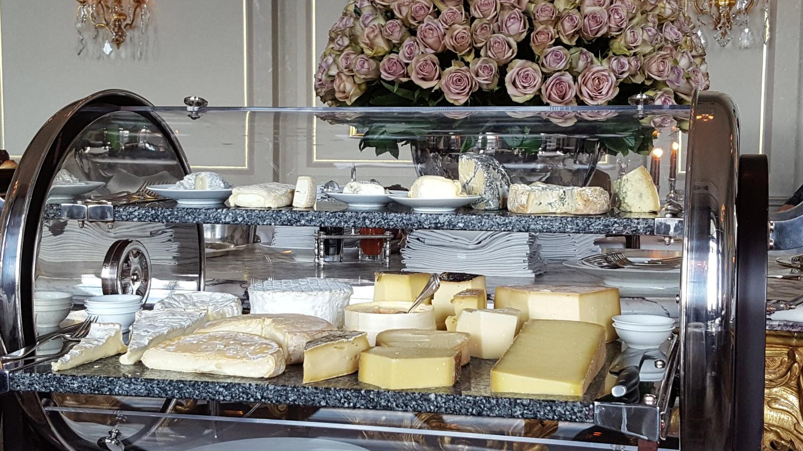 Decor romantique et chariot a fromages