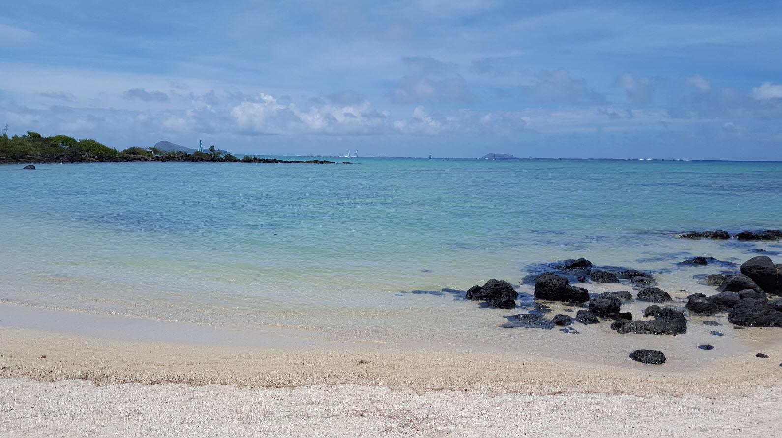 Plage de sable blanc et eau turquoise
