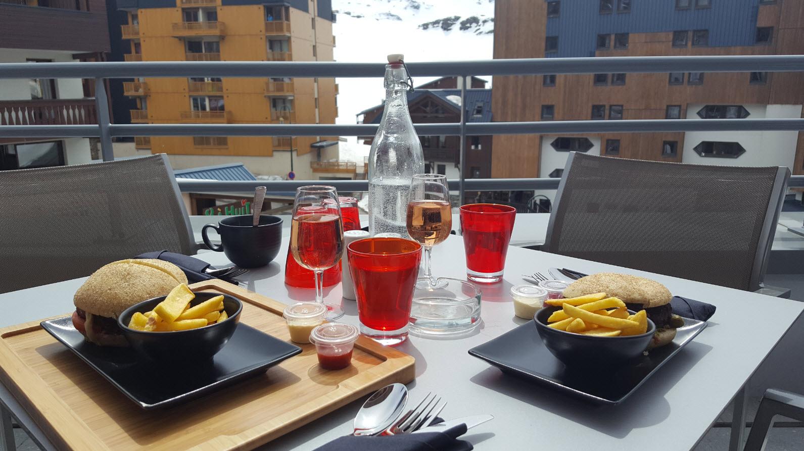 Dejeuner en terrasse au club med