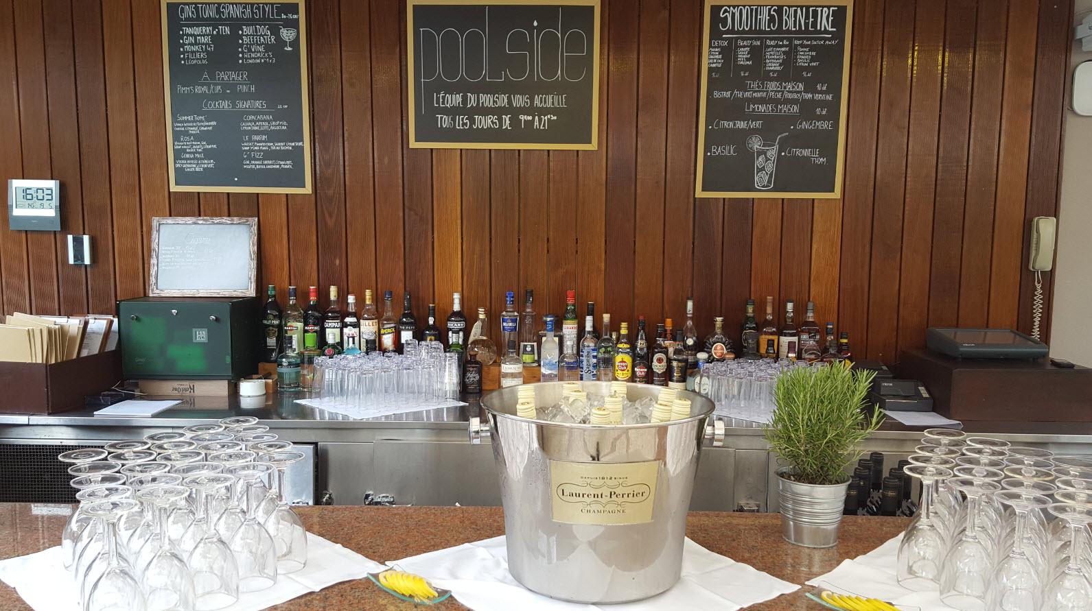 Bar hotel au bord de la piscine Geneve
