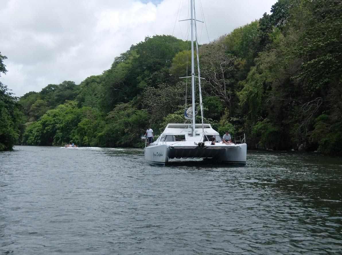 Catamaran en attente avant la cascade
