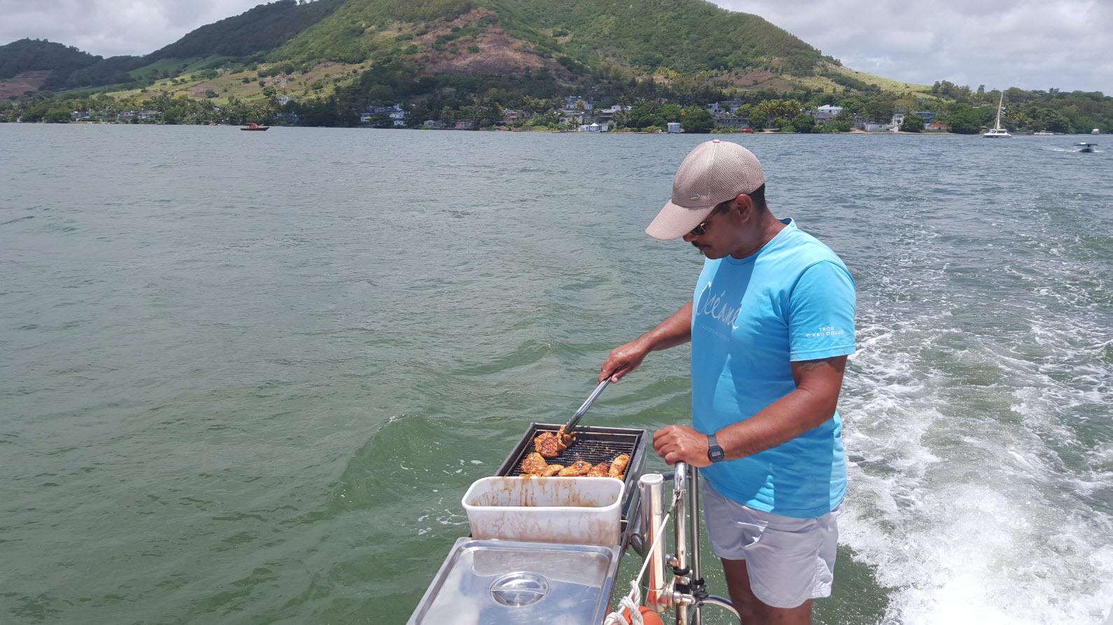 Preparation du barbecue sur le bateau