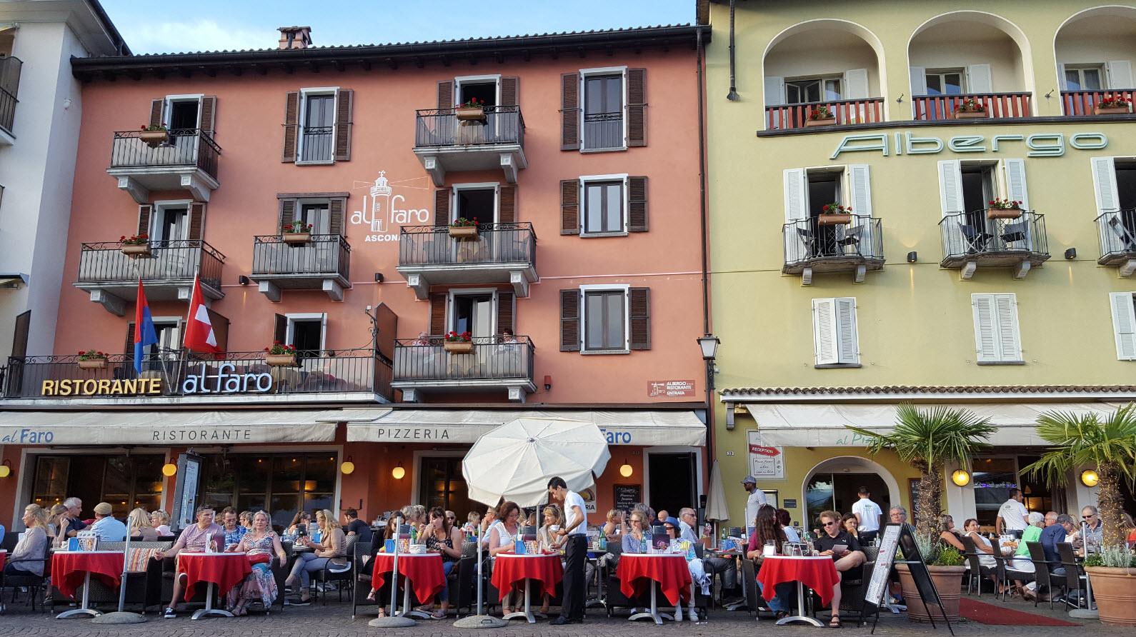 Piazza restaurant face a une scene de concert