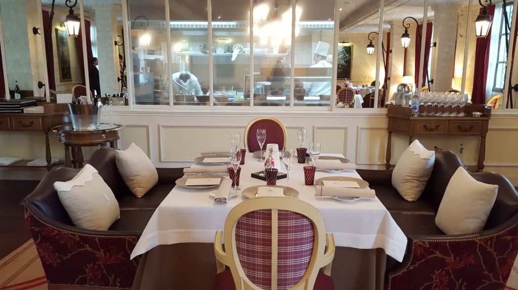 Table avec vue cuisine
