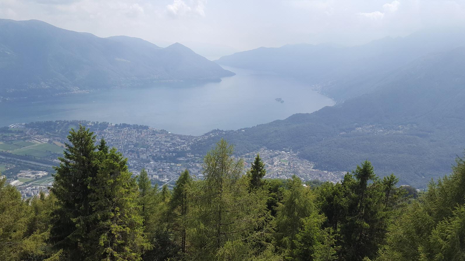 Vue panoramique sur le Lac Majeur en Suisse et Italie
