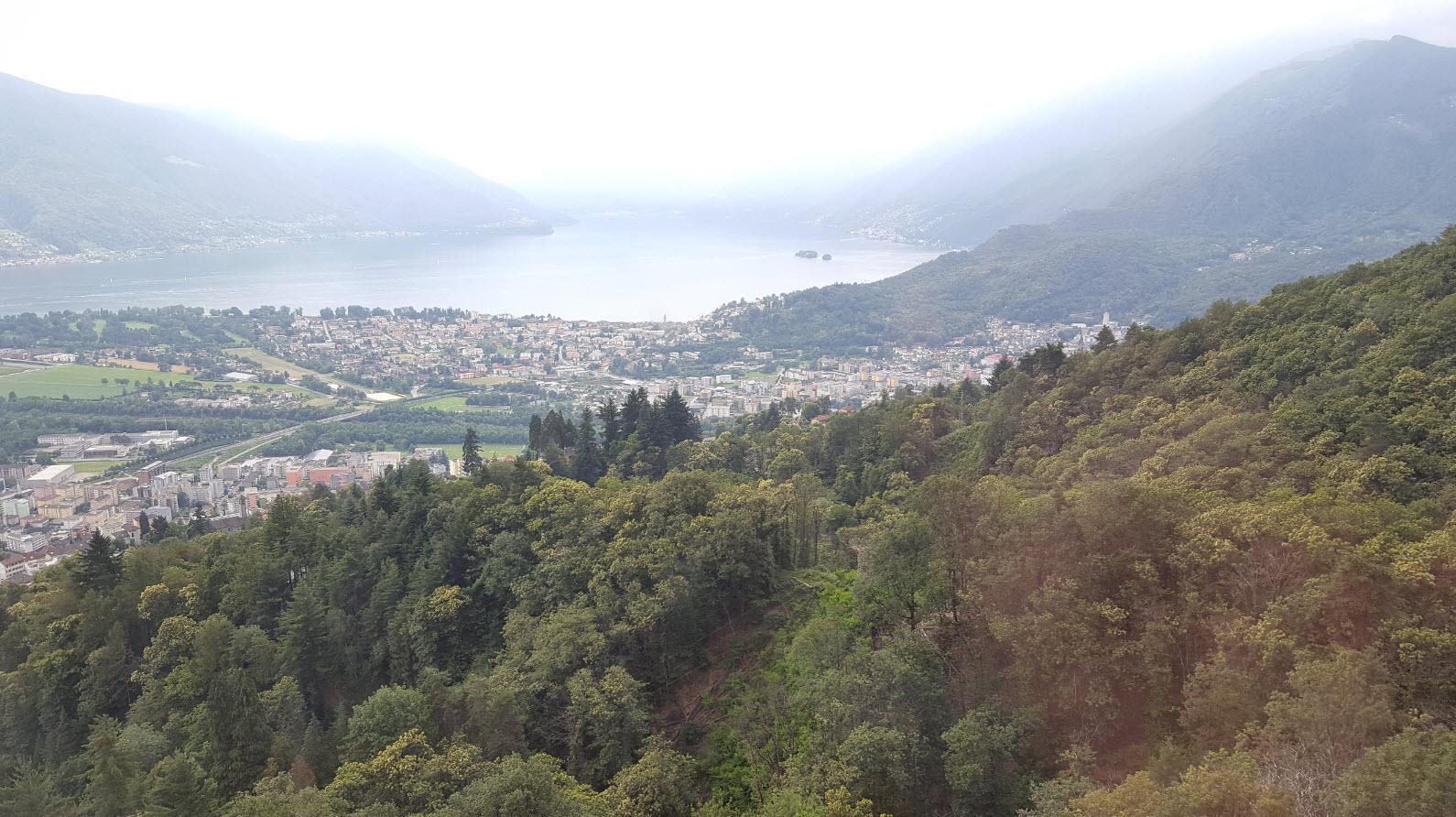 Vue depuis le telepherique sur le Lac Majeur dans le Tessin et en Italie