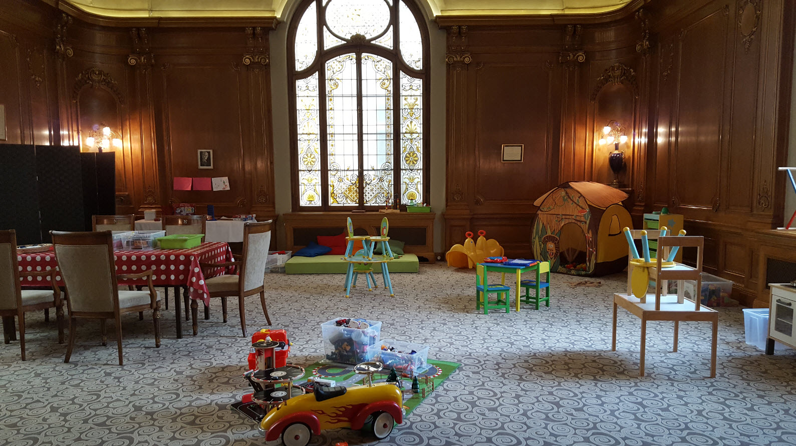 Salle de jeu pour enfant dans la salle rotary