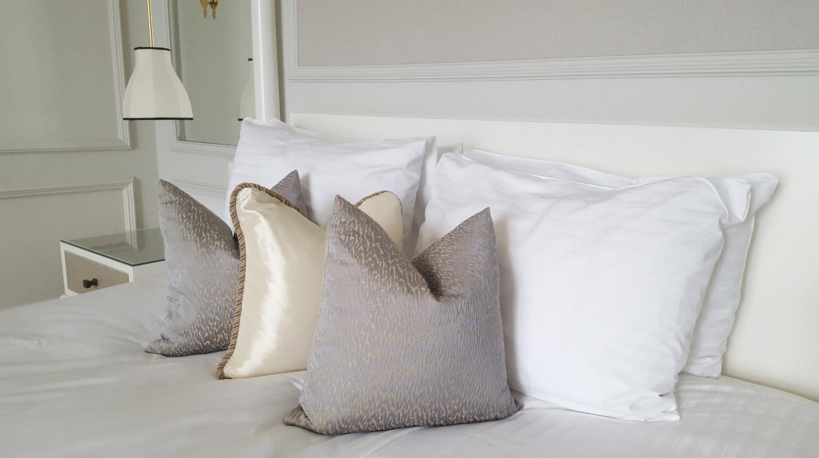 Coussins sur le lit