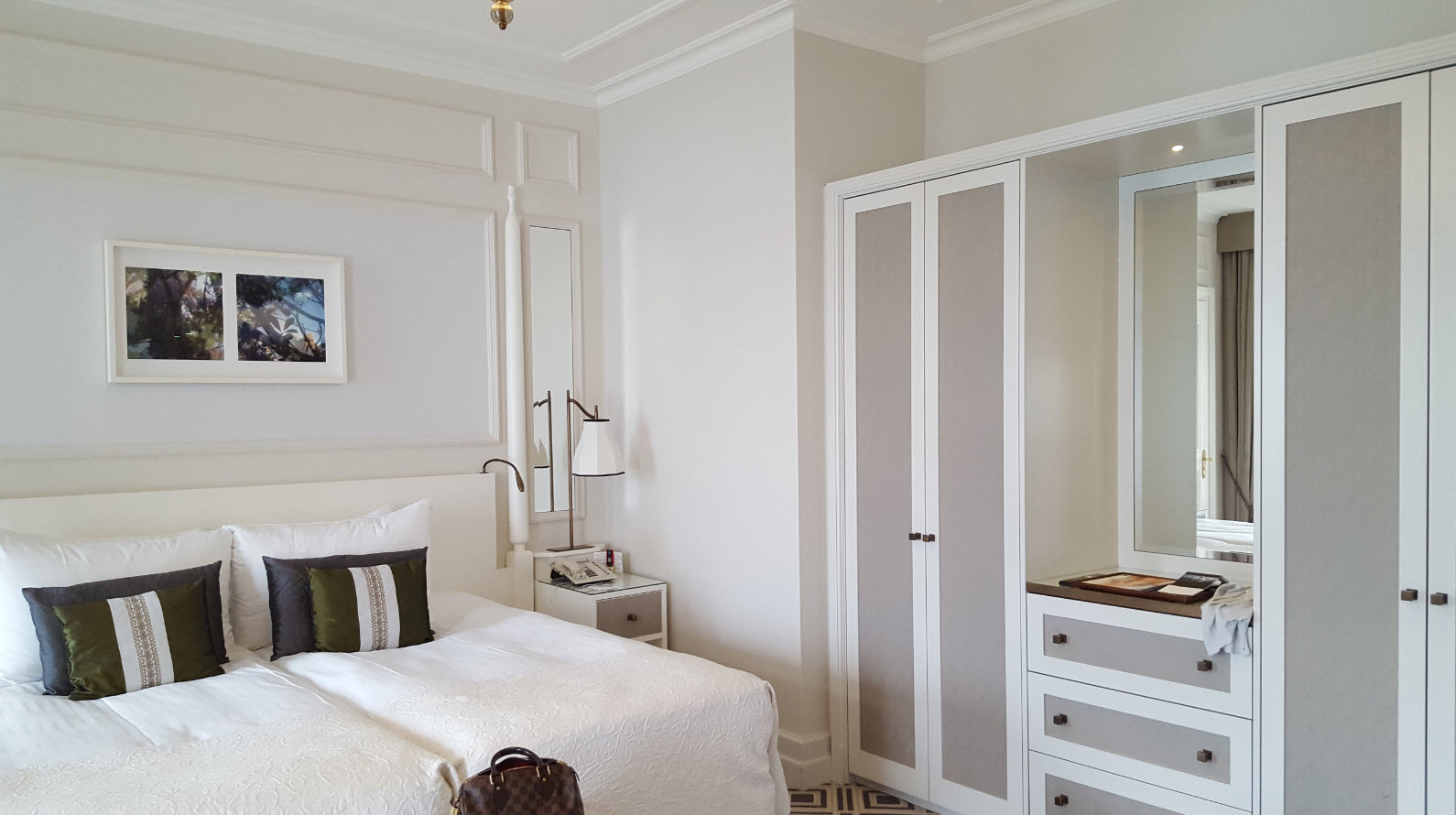 Grande chambre a la decoration moderne
