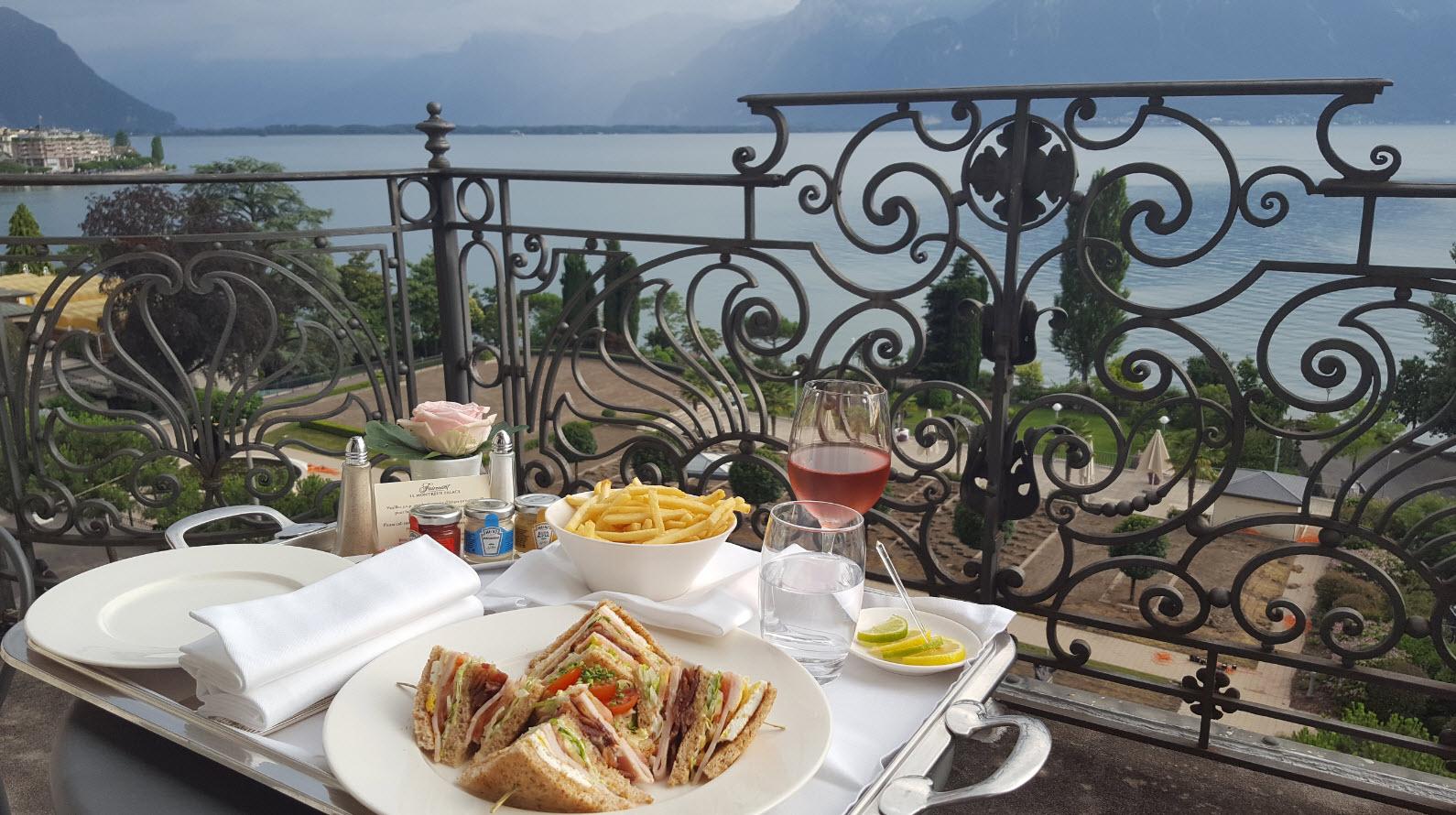 Room service club sandwich sur le balcon face au lac et aux alpes