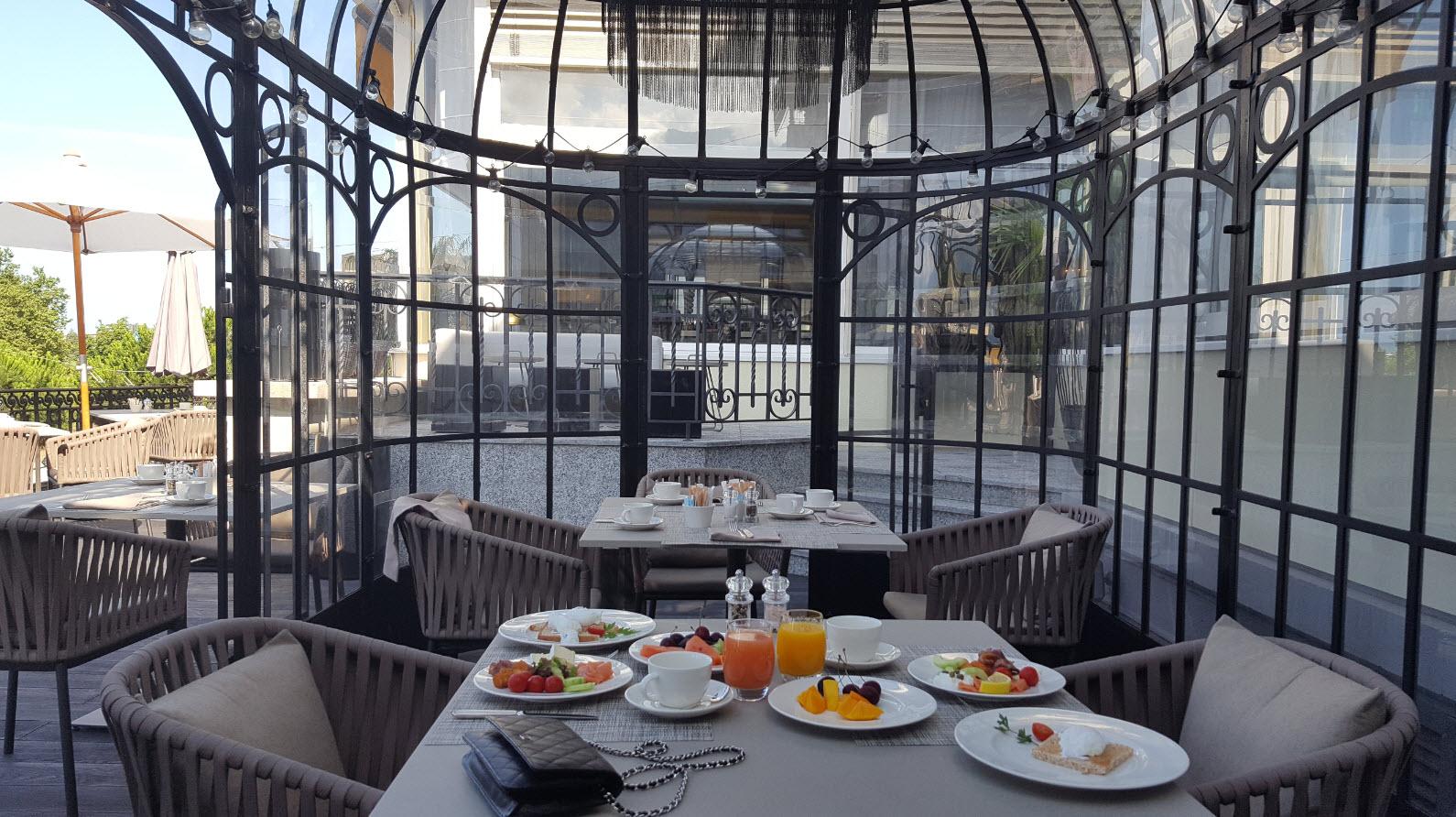 Petit-dejeuner en terrasse face au lac a Montreux