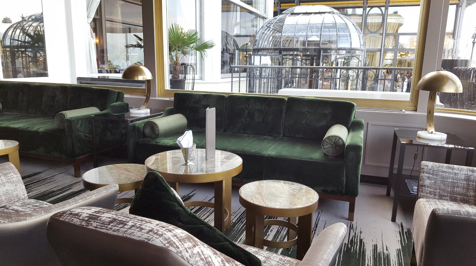 Prendre un verre entre le restaurant et la terrasse