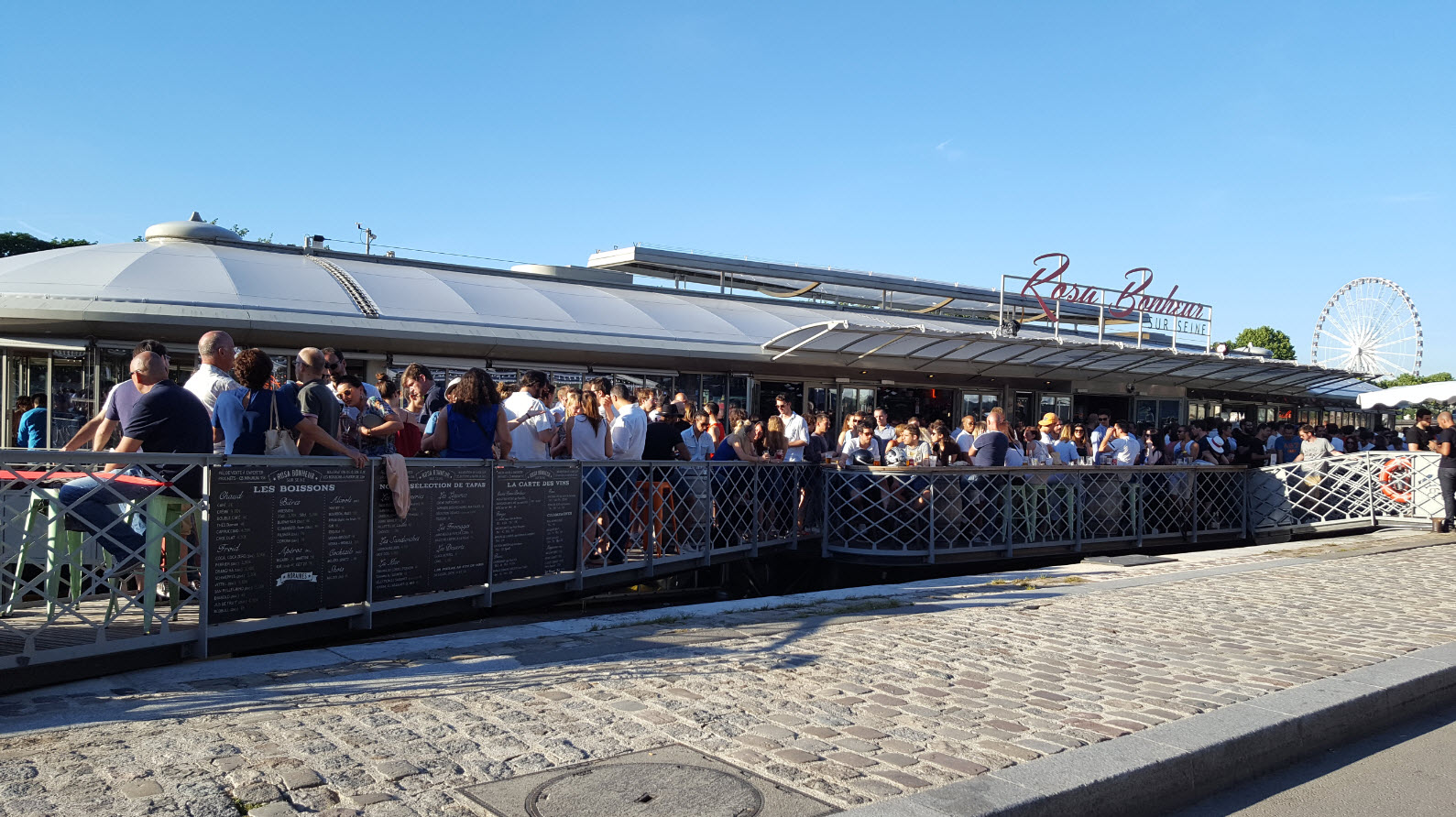 Bar sur les quais de Seine a Paris
