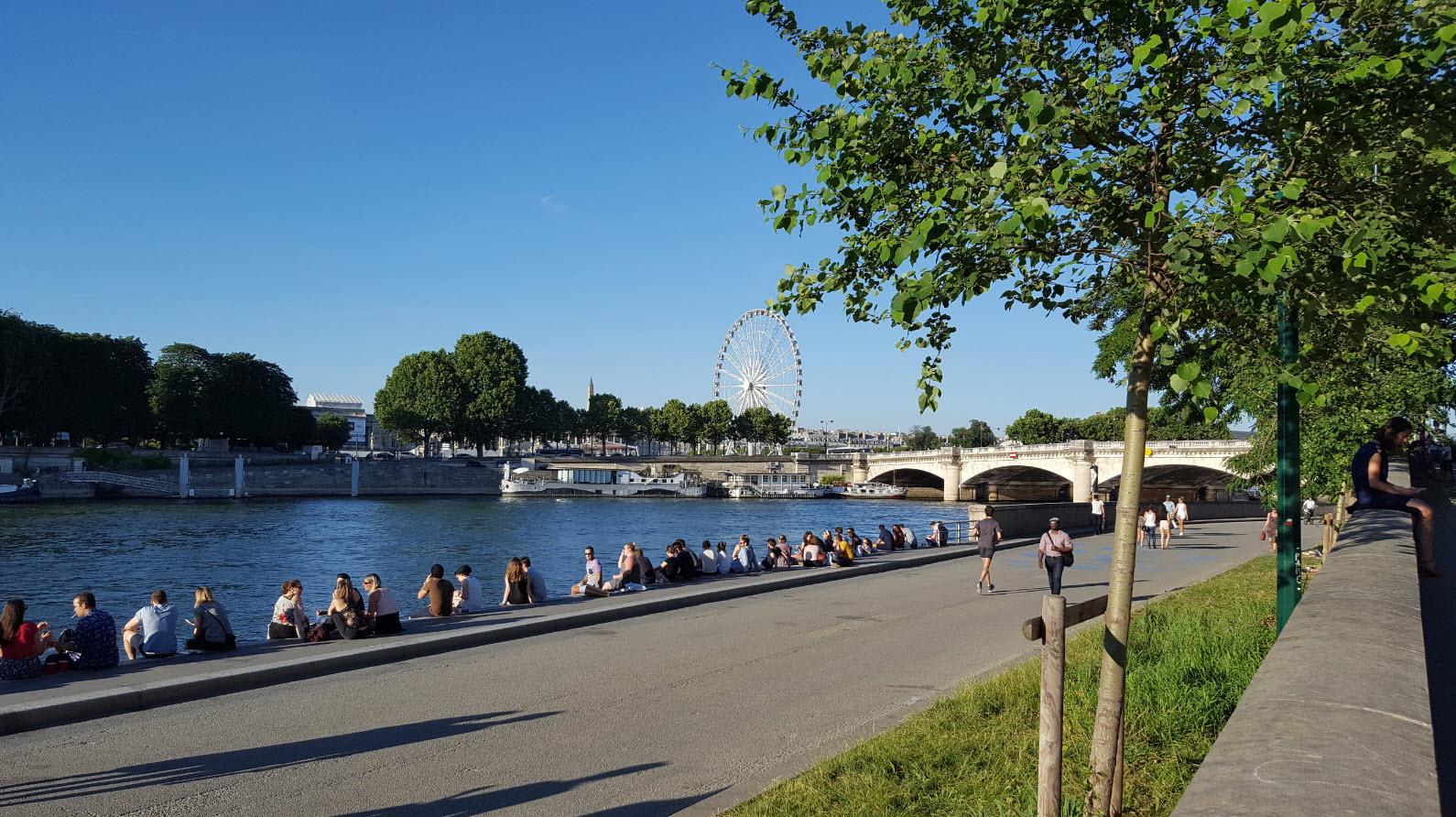 Bars et restaurants en bord de Seine a Paris