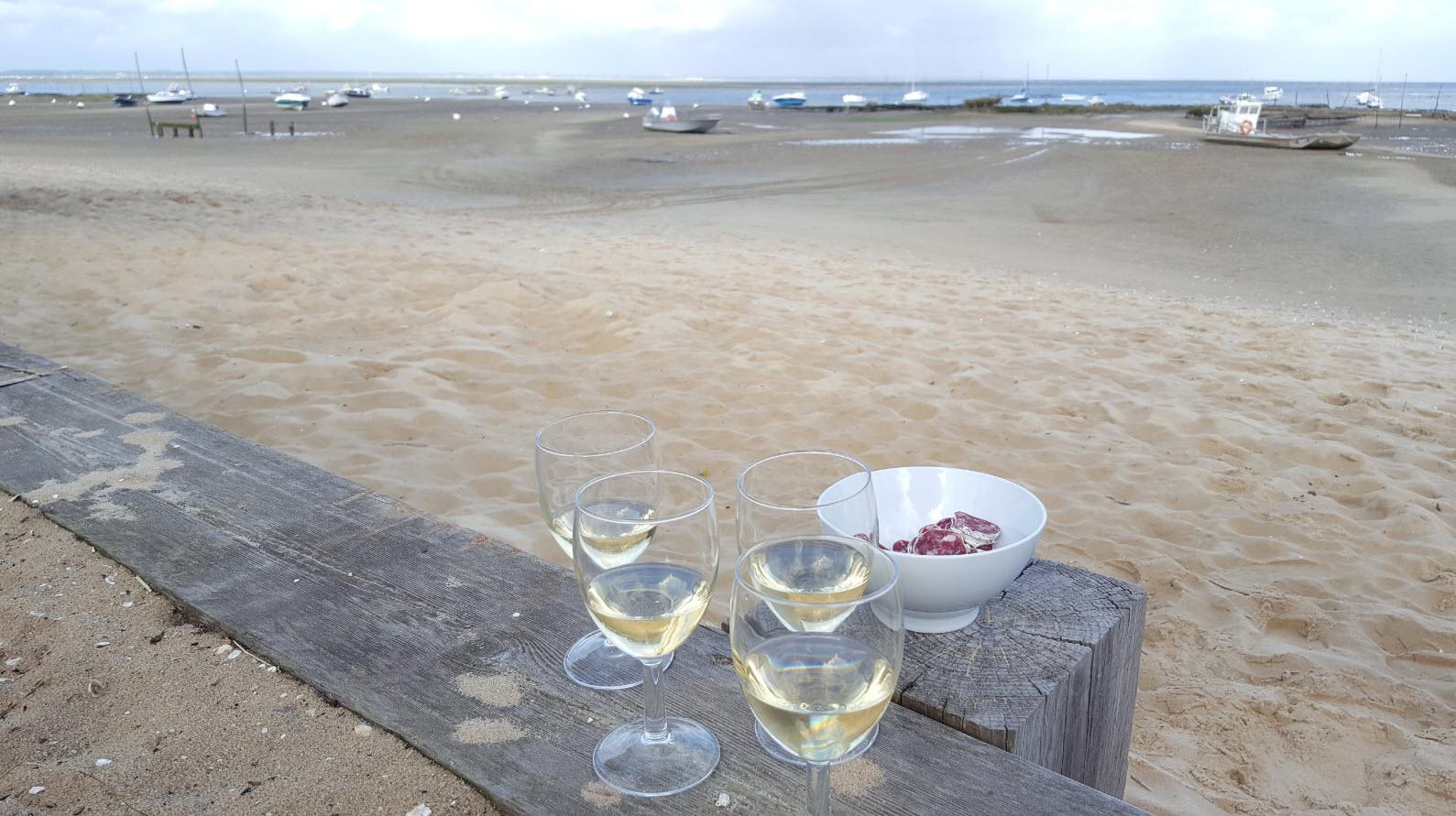 Aperitif sur la plage des Jacquets