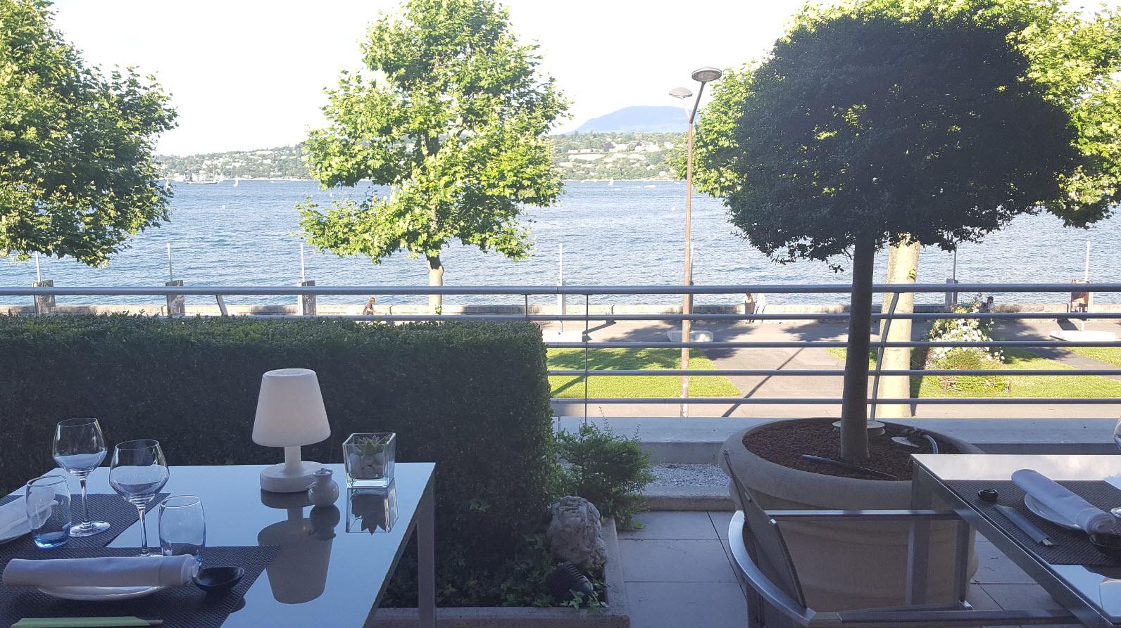 Table avec vue lac