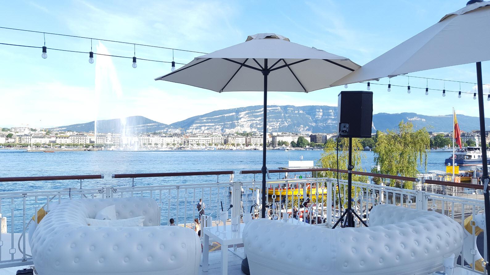 Terrasse au bord du lac a Geneve pendant les fetes