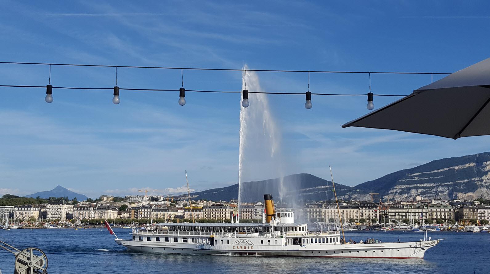 Bateau devant le jet d'eau Geneve