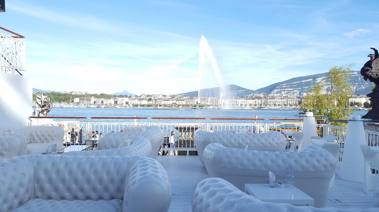 Terrasse avec vue sur le mont-blanc et le jet d'eau