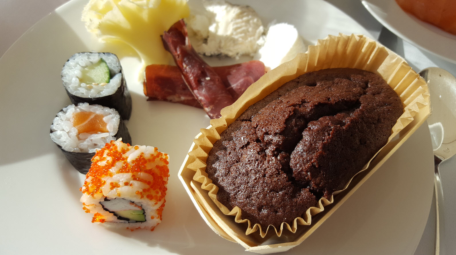 Gateau au chocolat et sushis