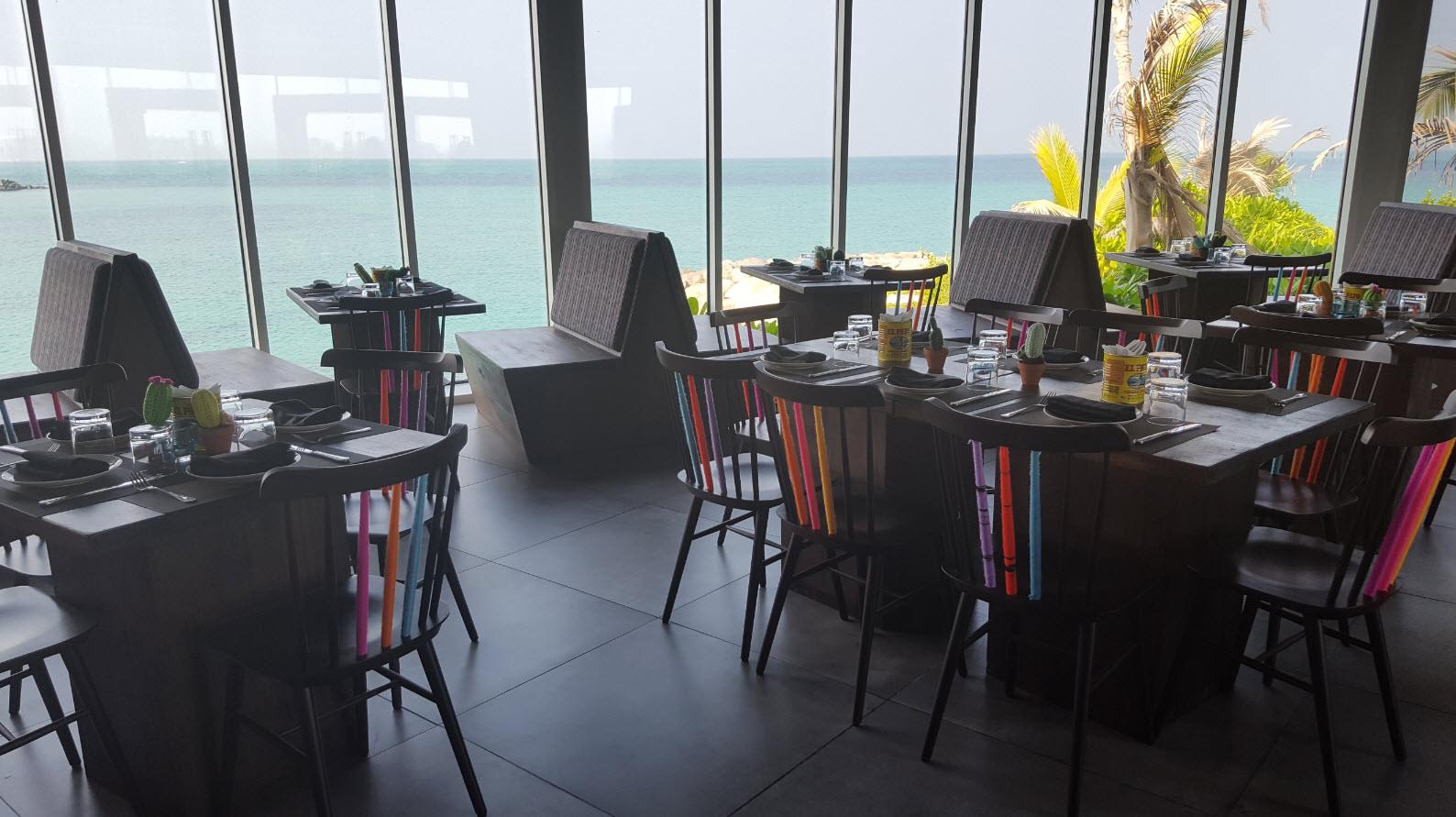 Vue mer depuis interieur restaurant