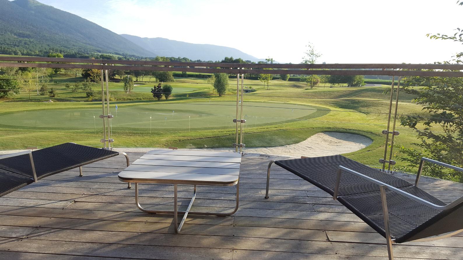 Chaises longues sur la terrasse