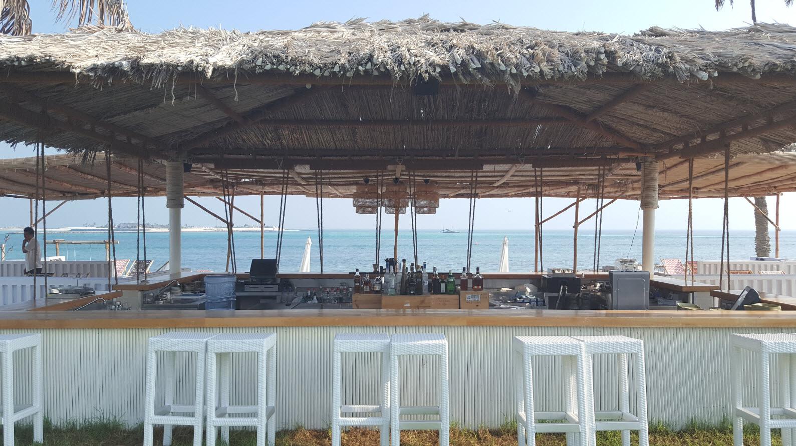Bar au bord de la mer