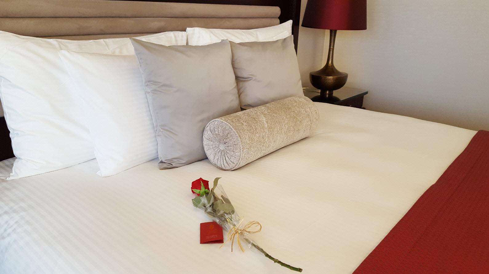 Rose sur le lit