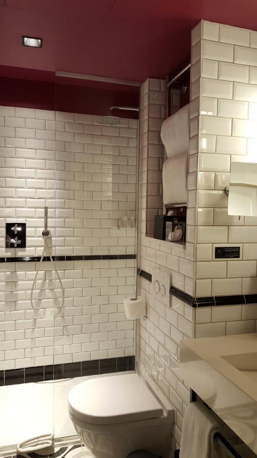 Salle de bains rouge