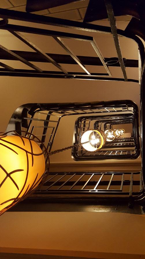 Lampes et escalier