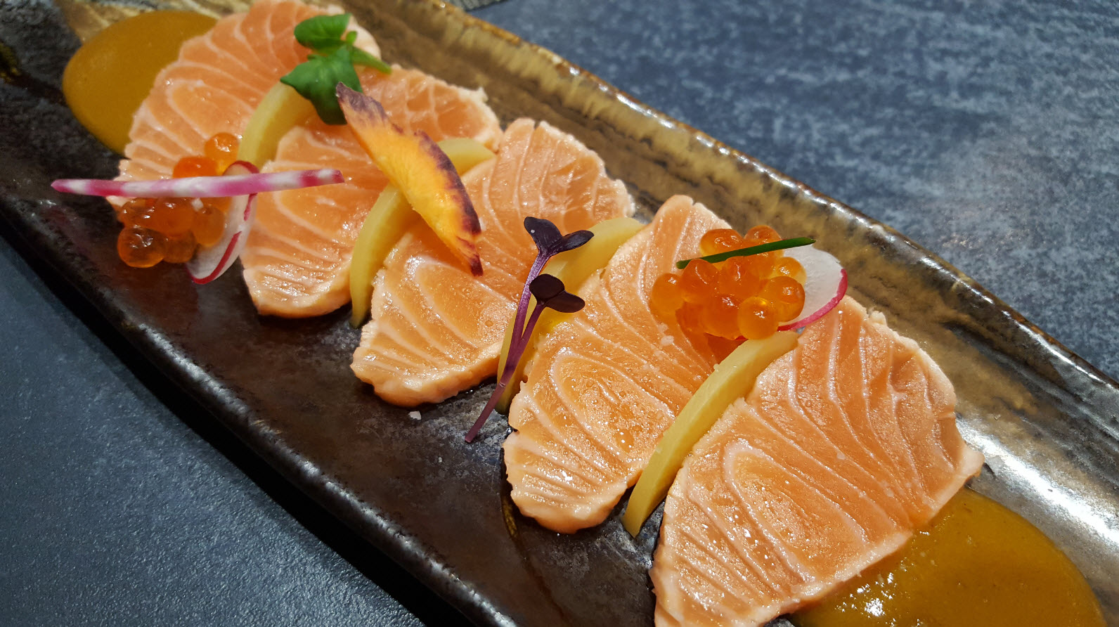 Tataki de saumon sauce mangue
