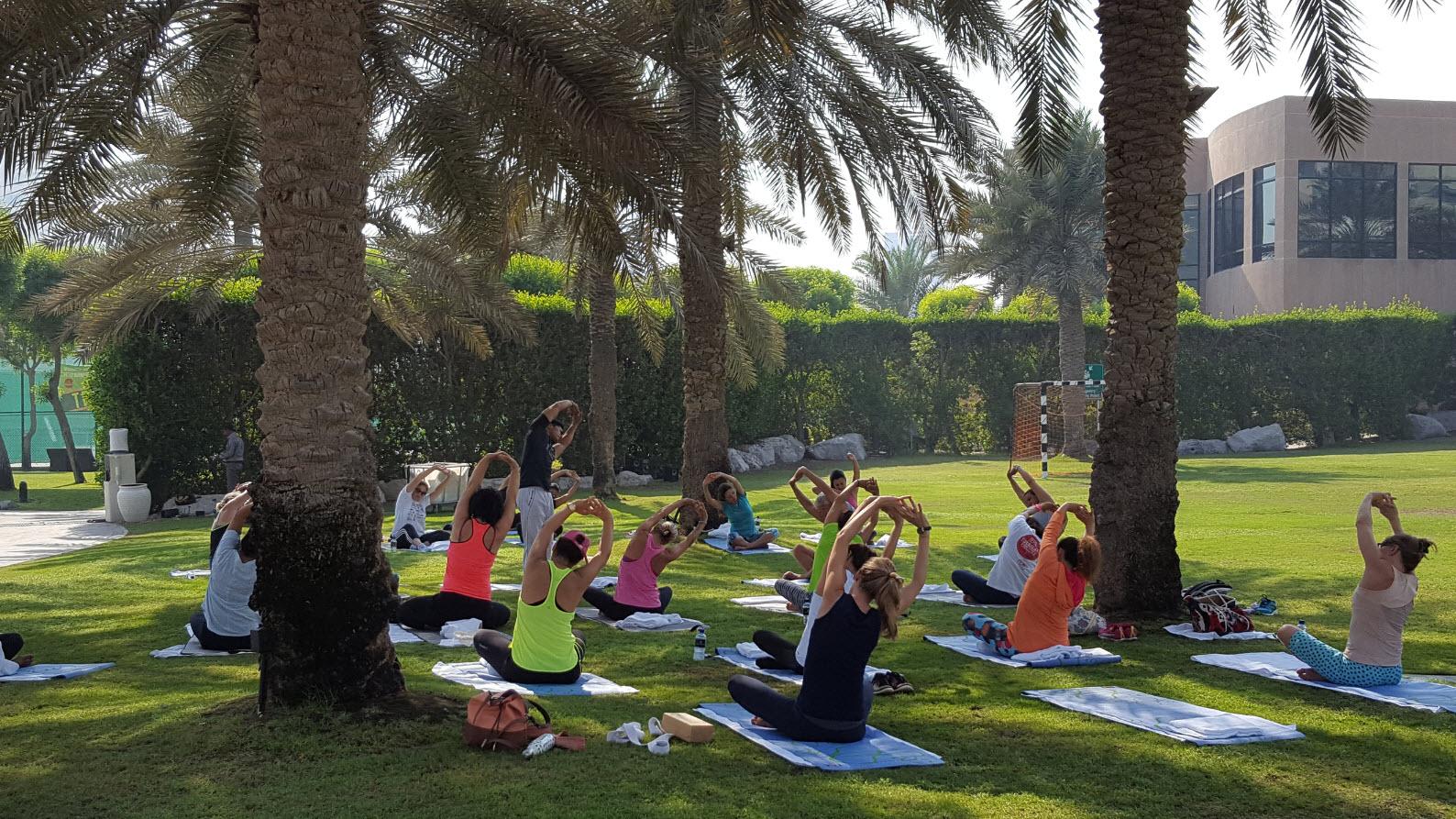 Cours de yoga dans le parc