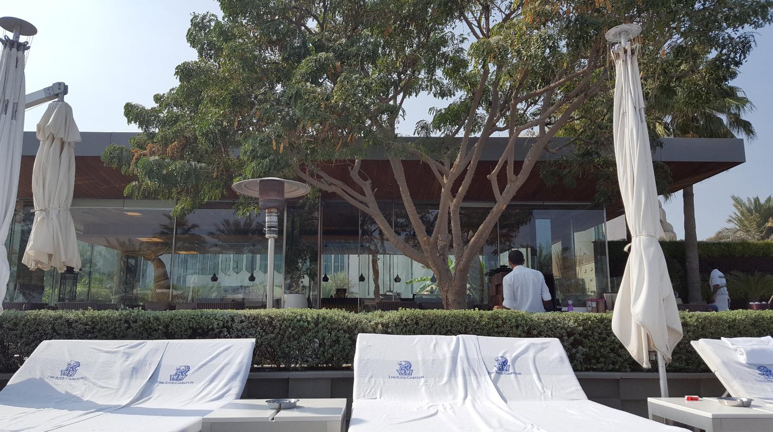 Lits devant terrasse du resto Thai